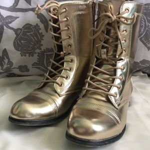 Shiny gold lines boots